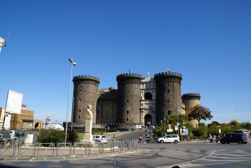 Castel Nuovo, Napels, met op de achtergrond het cruiseschip.