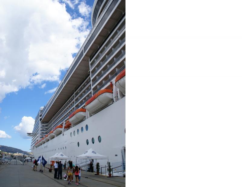 Het reusachtige cruiseschip ligt aangemeerd, klaar voor vertrek.
