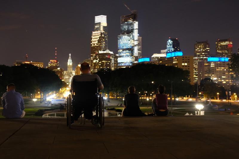 De skyline van Philadelphia bij nacht.