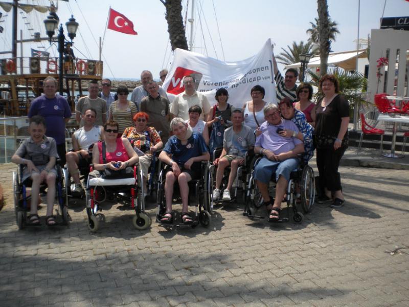 De groep poseert met zowel de Turkse vlag als die van hun vereniging VFG