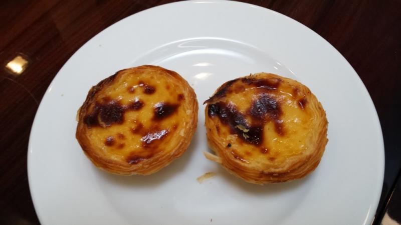 Pasteis de Belém: met hun geflambeerde suikerlaag bovenop lijken deze roomgebakjes een beetje op crême brulée.
