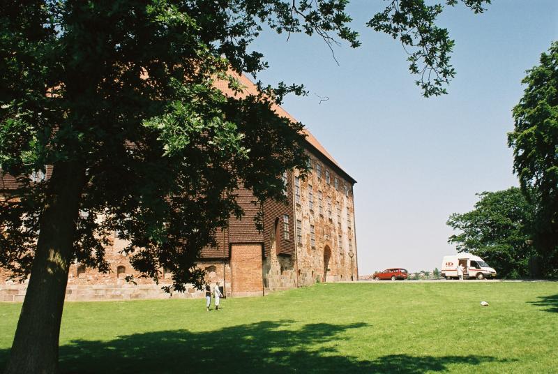 Koldinghus verenigt resten van een oude burcht met hedendaagse architectuur en ligt mooi in het groen.