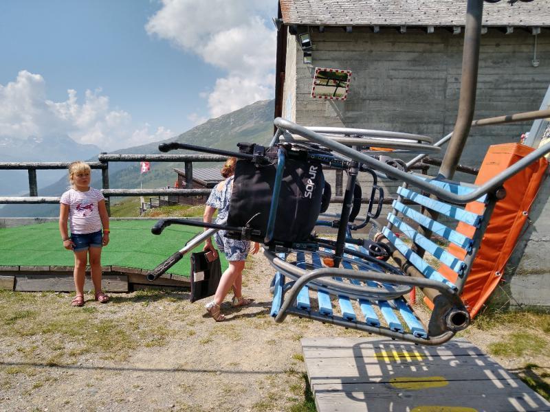 Een rolstoel is vastgemaakt aan de stoeltjeslift.