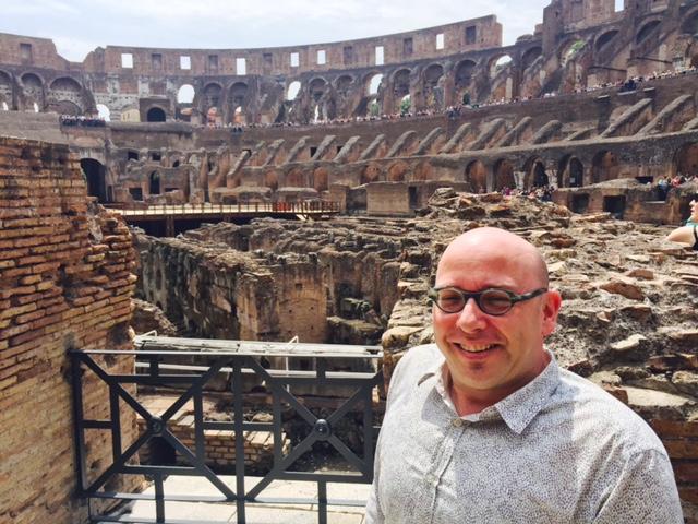 Pieter op de bovenverdieping van het amfitheater