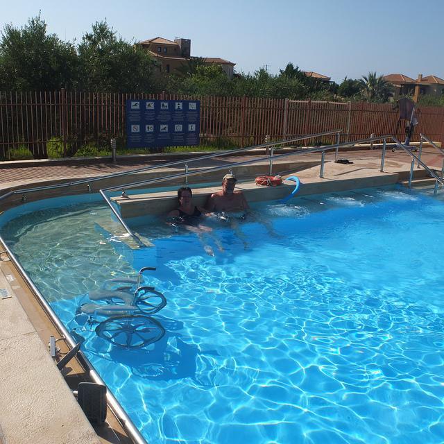 Het zwembad is voorzien van een hellend vlak in het water. (Foto Gerrit)
