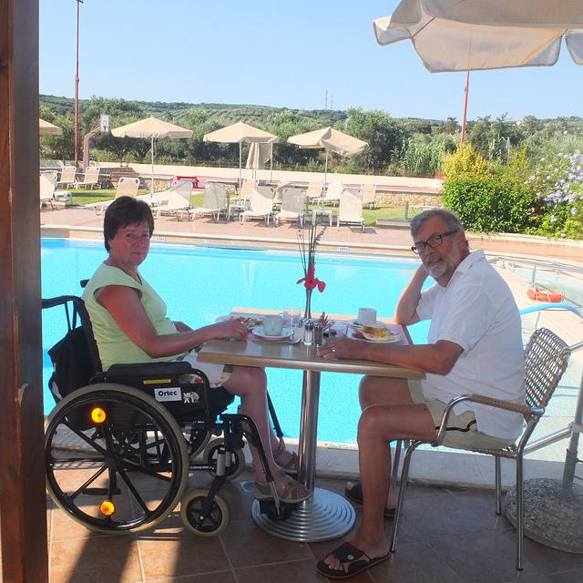 Gerrit en Annemie zitten op hun terras met zicht op het zwembad.