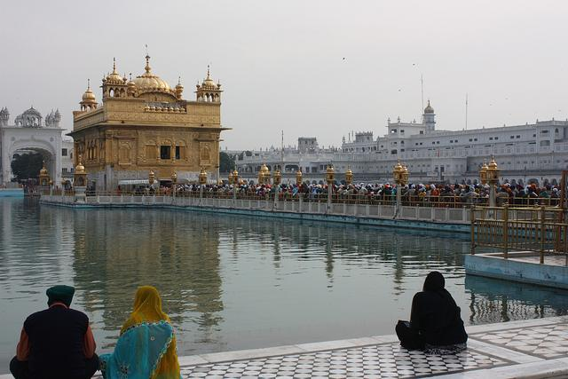 Aan de overkant van het kunstmeer prijken twee tempelgebouwen, het ene volledig bekleed met goud, het andere stralend wit.