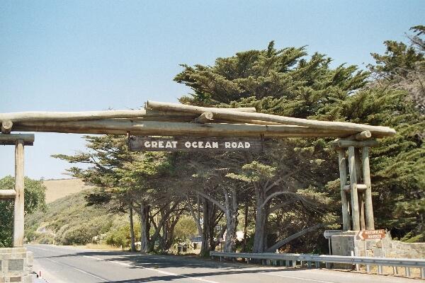 """Langs een houten poort bereik je """"Great Ocean Road""""."""