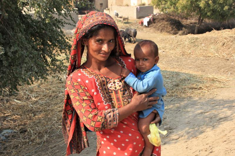 Pakistaanse vrouw met een kind op de arm.