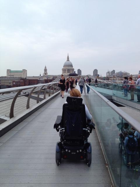 Anne rijdt over de brug. Op de achtergrond rijst de koepel van de kathedraal uit boven de Londense skyline.