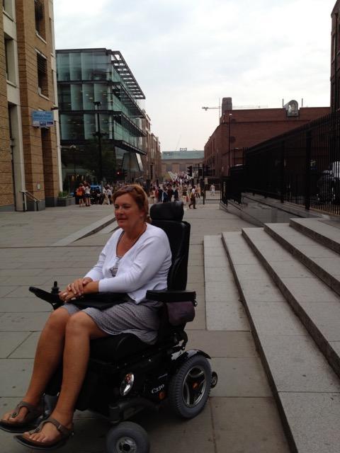 Anne rijdt met de elektrische rolstoel langs trappen en hellende vlakken.