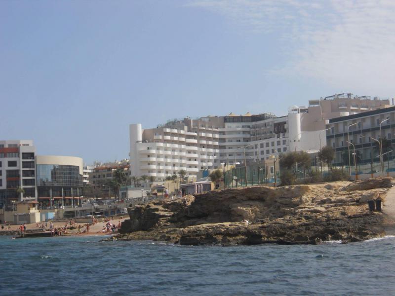 zicht op ons hotel vanop het water (Baai van Bugibba)