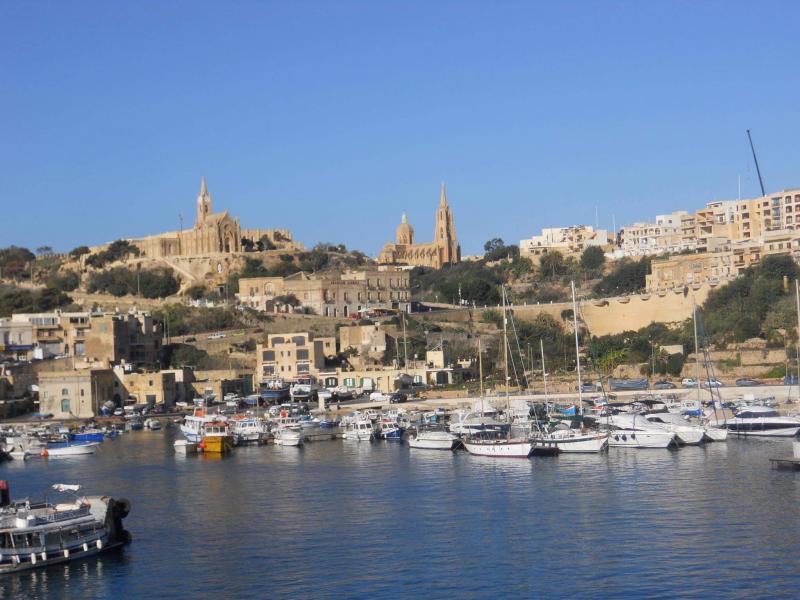 zicht op Gozo bij aankomst in de ferryhaven
