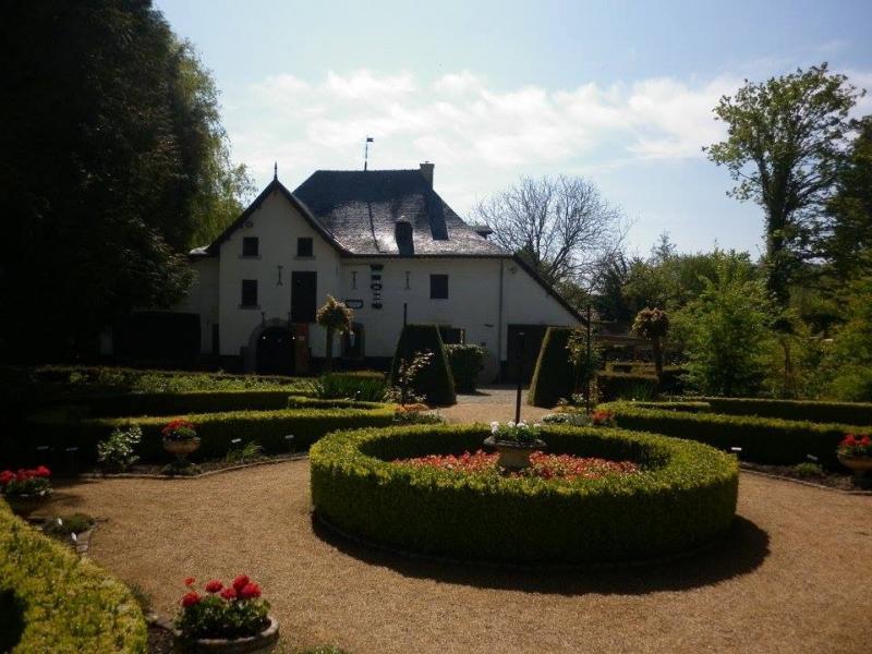 Tuin met het oude molengebouw.