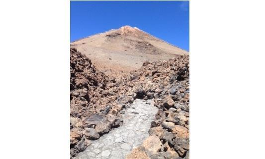 Hobbelig wandelpad in het natuurpark van de Teide.
