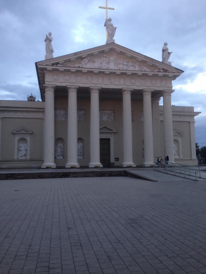 Kathedraal in Vilnius met hellend vlak naast de enkele trapjes.