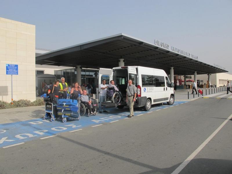 Een aangepaste minibus met plateaulift haalt nieuwe gasten op aan de luchthaven.