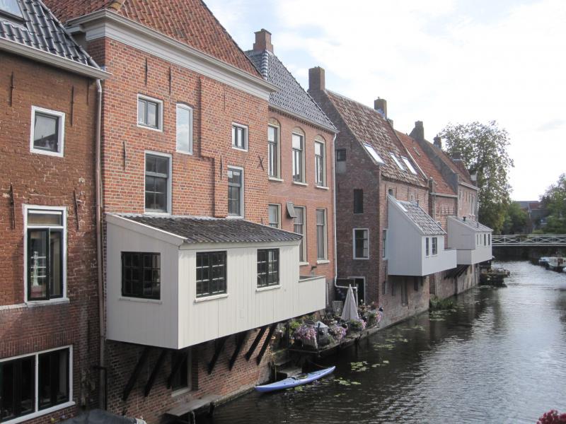 Verschillende huizen langs de rivier hebben een bijgebouwtje dat boven het water hangt. Dat zijn dus de 'hangende keukens'.
