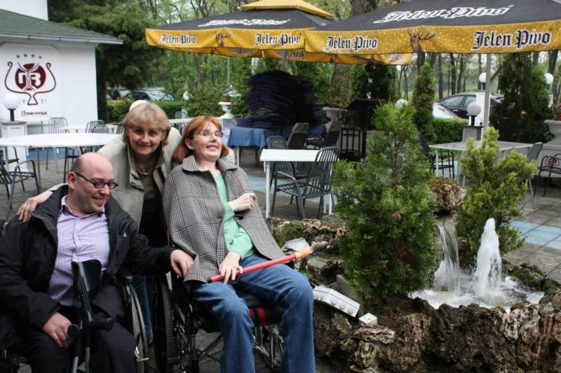 Een terrasje doen met Servische vrienden. De vriendin is rolstoeler.