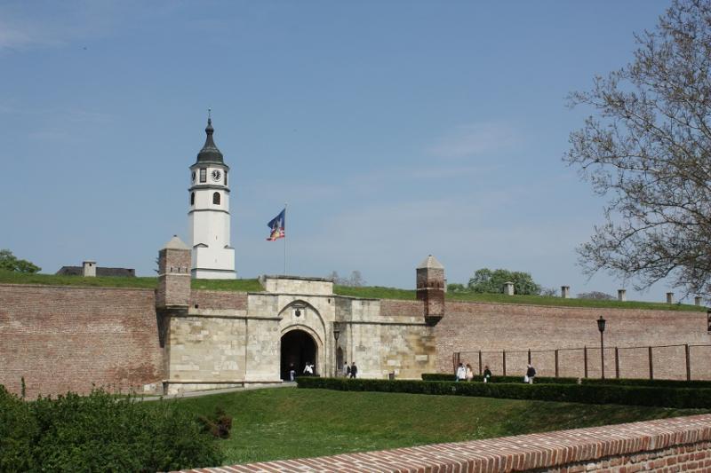 Een witte toren steekt uit boven de enorme burcht.