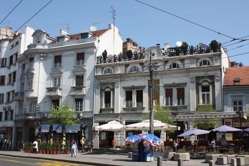 Witte herenhuizen langs één van de chiquere lanen van de Servische hoofdstad.