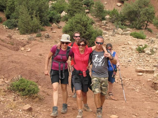 Sandra wandelt door de heuvels, ondersteund door enkel reisgenoten.