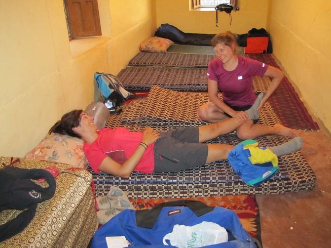 Sandra krijgt kiné (fysiotherapie) in de slaapzaal. Er wordt geslapen op matrassen op de grond.