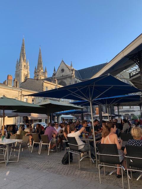 Terrasje doen in de schaduw van de kathedraal van Bordeaux