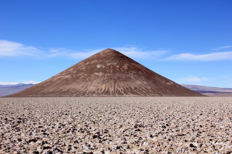 De natuurlijke piramide rijst uit boven de zoutvlakte.