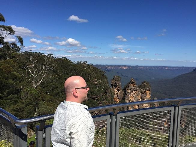 Pieter bij de Three Sisters, een rotsformatie in de Blue Mountains