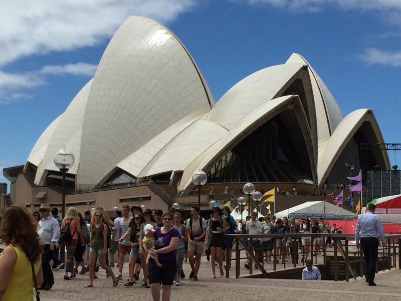 De opera van Sydney doet met zijn grillige witte vorm denken aan een zeilschip.