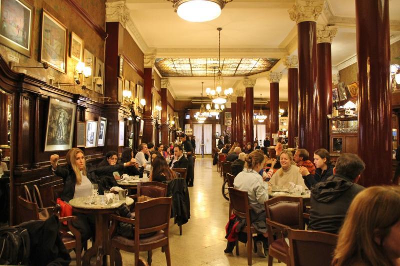 Het interieur van het café voert je helemaal terug naar het einde van de 19de eeuw.