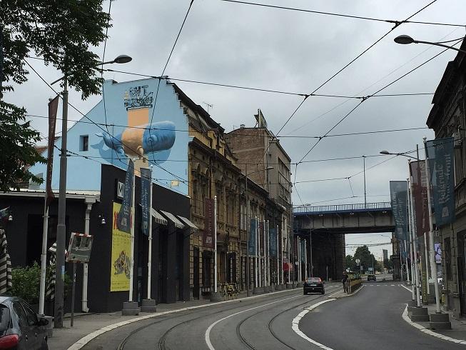 Het cultureel centrum is herkenbaar aan de muurschildering van een potvis achter een reuzegrote pleister (vraag niet waarom).