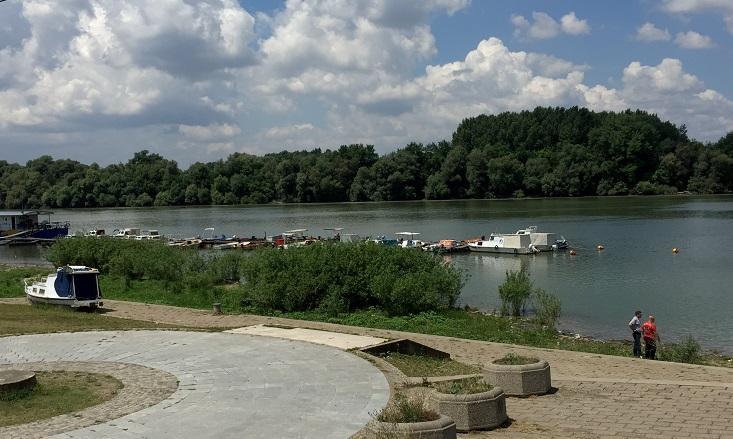 Vlak en goed aangelegd wandelpad langs de oever van de Donau.