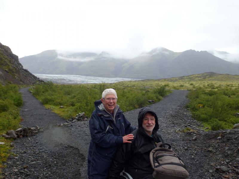 Chris en zijn echtgenote op wandel tussen de boomloze bergen in IJsland.