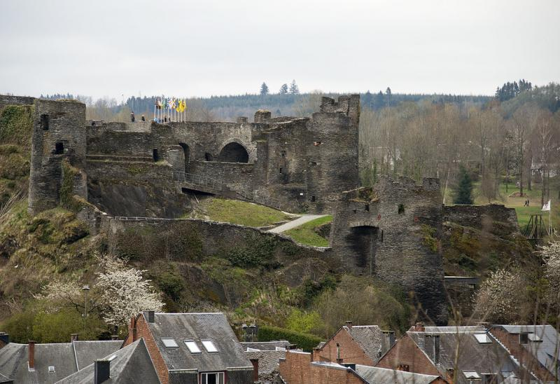 De burcht van La Roche domineert de skyline.