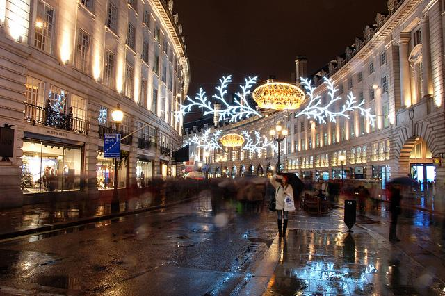Een Londense winkel-wandelstraat tijdens de kerstperiode.