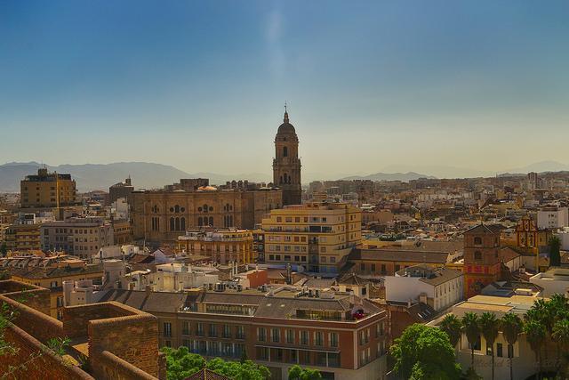 Panorama van de stad met de toren van de kathedraal in het midden.