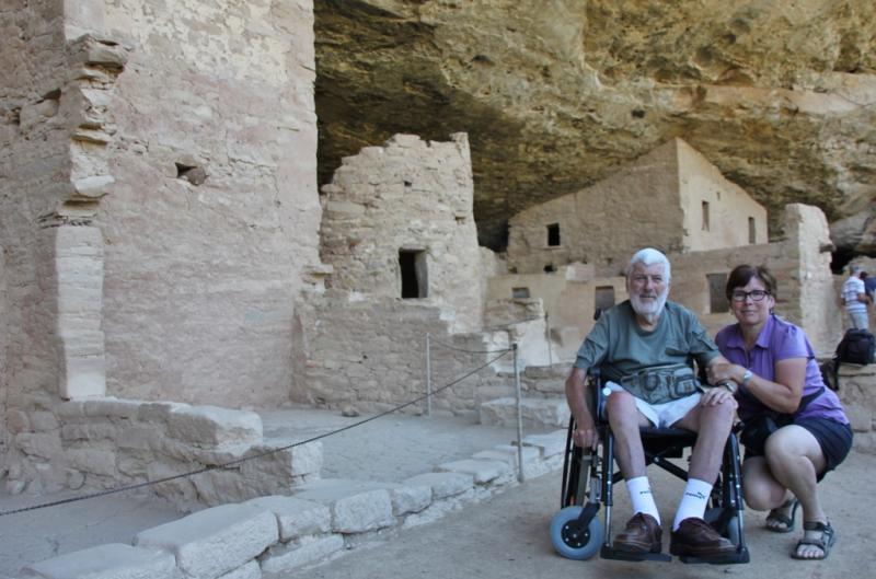 Jozef en Marie-Claire tussen de ruïnes van Mesa Verde Spruce Tree House.