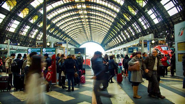 Onder het ronde glazen dak van het centraal station is het een drukte van jewelste.