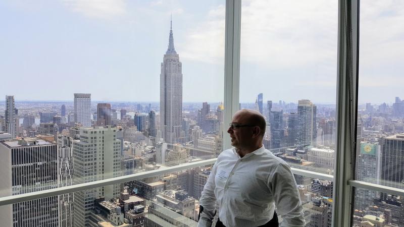 Pieter met de New Yorkse wolkenkrabbers op de achtergrond.