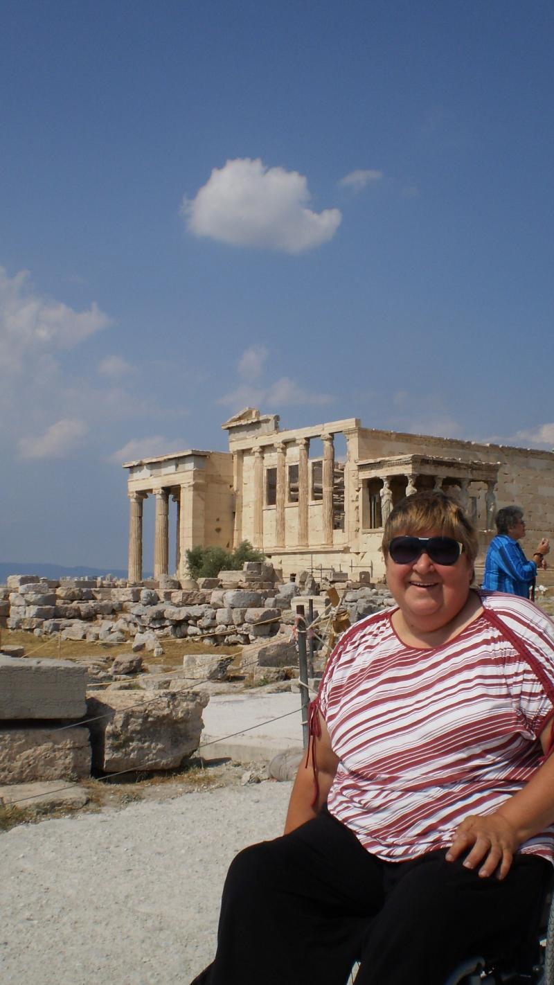 Pia op de top van de Acropolis, tussen de antieke Griekse tempels