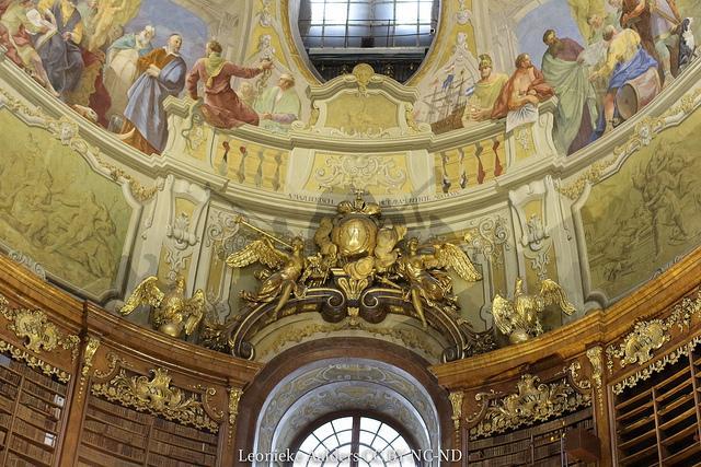 Veelkleurige en monochrome muurschilderingen op het plafond van de pronkzaal in de nationale bibliotheek.