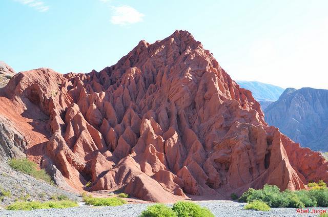 De Purmamarca is een ongewoon grillige, okerkleurige berg.