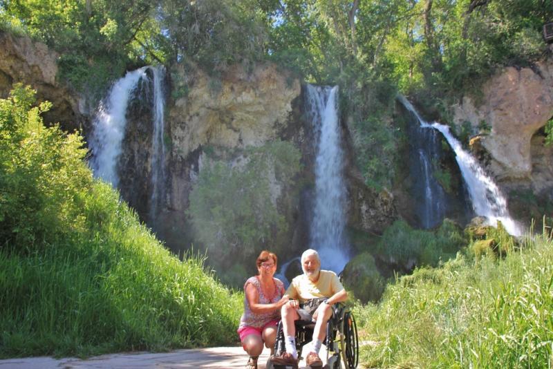 Jozef en Marie-Claire in het groen aan de waterval van Rifle Falls.