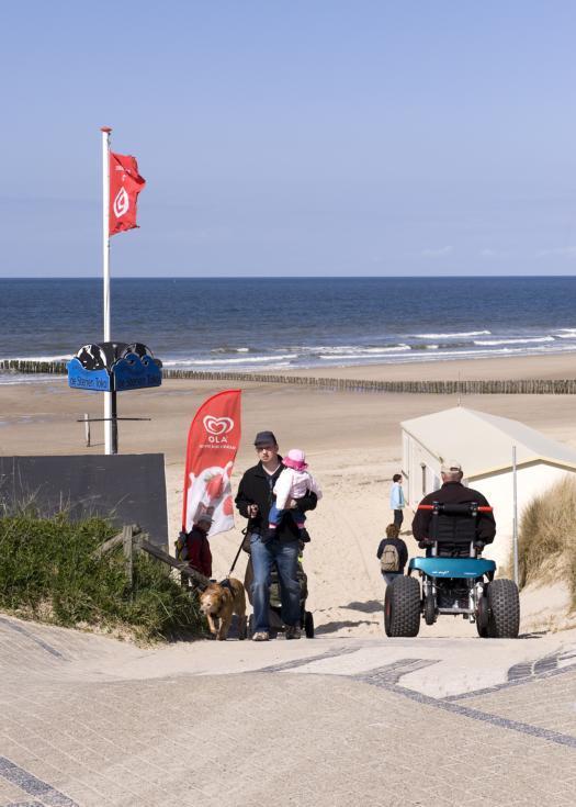 Elektrische rolstoel op het strand