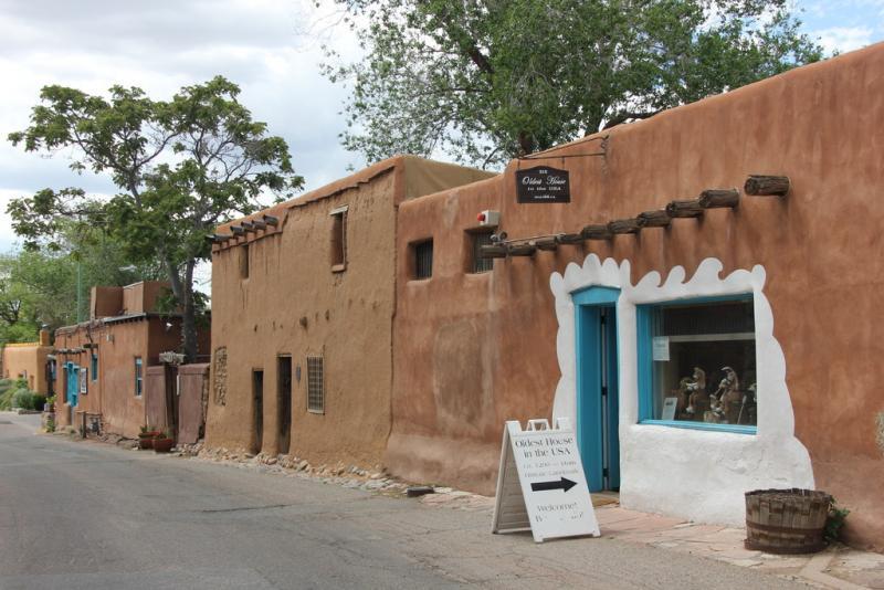 Een winkeltje in terracotta-kleuren in Santa Fe.