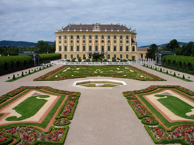 Het paleis Schönbrunn, met zijn geometrisch aangelegde tuin.