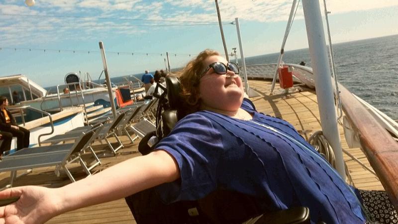 Sien zonnend op het dek van het schip