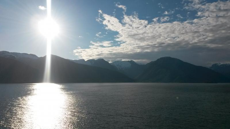 Zonsondergang boven de fjorden in een baai.